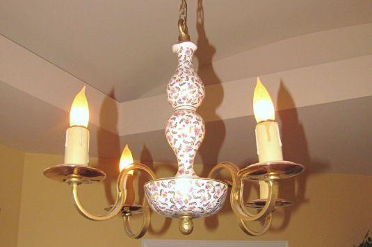 Lámpara de techo. Cuerpo en porcelana Limoges y brazos de bronce. Francia, 1920.