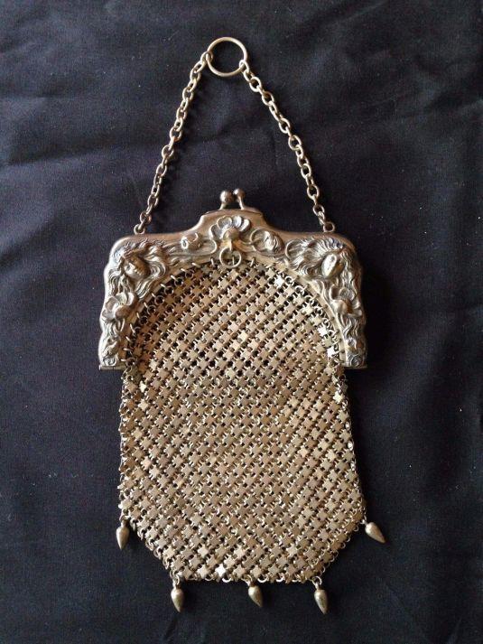 Cartera de plata.  El broche lleva hermoso decorado.  Alemania, Siglo XIX.