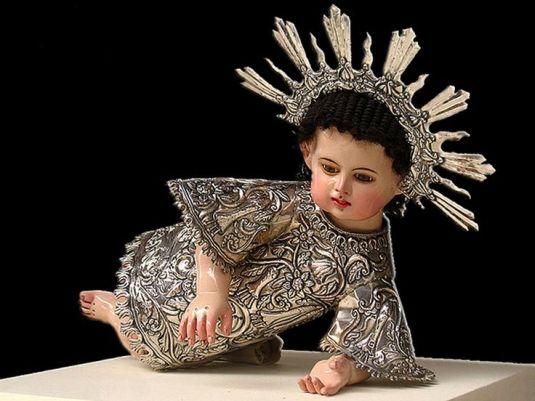 Nino Jesús gateando. Réplica de un modelo del S. XVII.  La ropa y la corona son de plata. Peru.