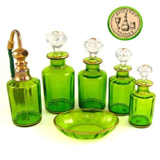Vanity set de cristal baccarat verde. Francia, 1860.