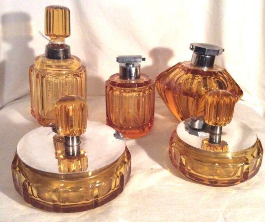Vanity set de cristal ambar bohemia con cortes especiales. Alemania, 1930.
