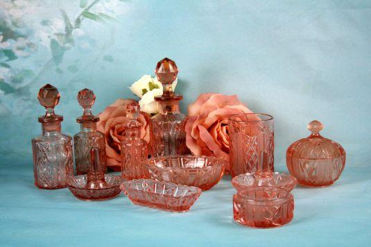 Vanity set Art Decó de cristal rosa. Bélgica, 1930.