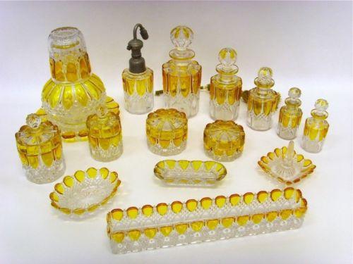 Vanity set de cristal ambar. Bélgica, 1908.