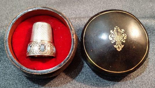 dedal plata esterlina cabuchones celestes estuche de cuero y terciopelo italia 1940-50