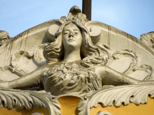 casa courret mascarón de una mujer bella