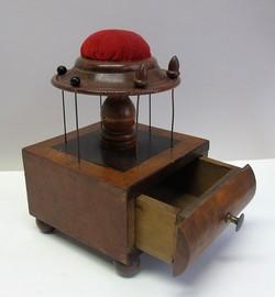 costura caja con alfiletero alfileres para hilos y cajón USA 1840