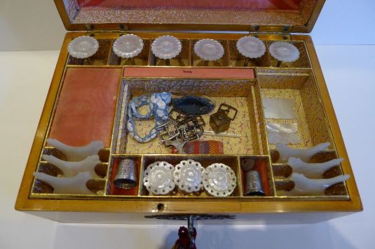 caja de costura madera con adornos de bronce y llave Francia 1830 interior
