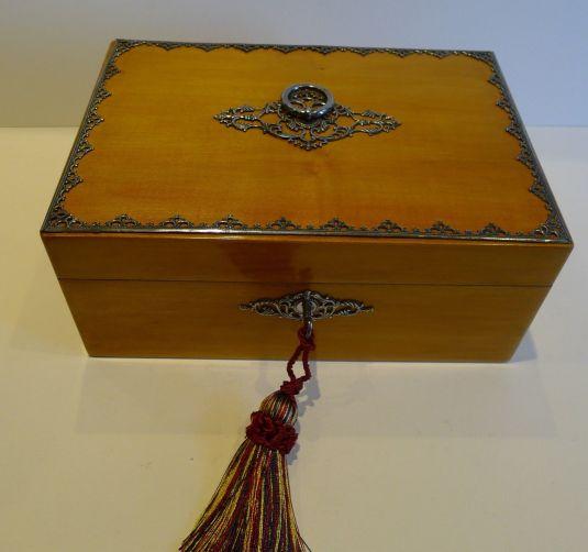caja de costura madera con adornos de bronce y llave Francia 1830