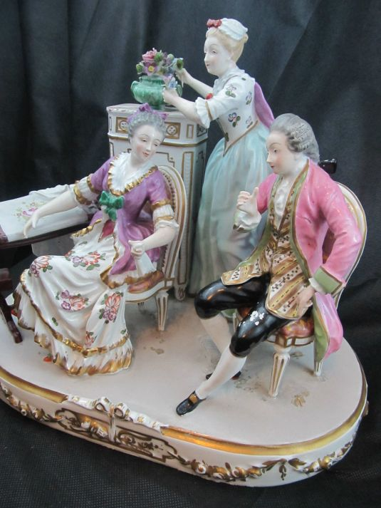 figura pareja de aristócratas franceses. La dama está sentada al lado de su mesa de costura mientras conversa conel caballero. Estilo Art Nouveau