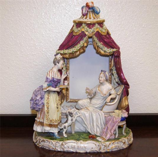 figura porcelana Royal Vienna mujer de la corte tomando un bano Viena 1870