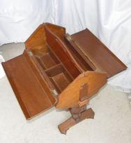 Mesa de coser victoriana. Inglaterra 1840. Las dos puertas sirven como tablero para coser y ademas cuenta con compartimientos para los materiales de costura.