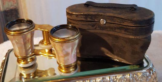 Opera binoculares Victorianos de bronce con madre perla y estuche de cuero Inglaterra inicios de 1900