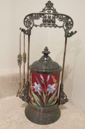 pickle castor de vidrio color rubí y esmaltado con flores de colores marca Derby Silver Co.