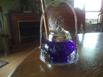 pickle castor vidrio azul cobalto esmaltado con flores marca Meriden Britannia