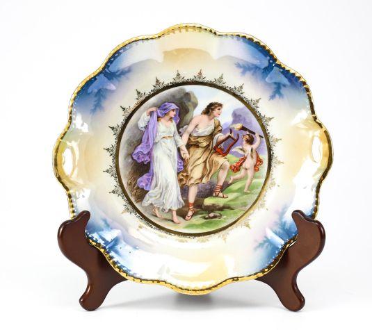 plato de porcelana alemana de 1920 pareja con querubín con atorcha de la claridad a la derecha y la oscuridad a la izquierda