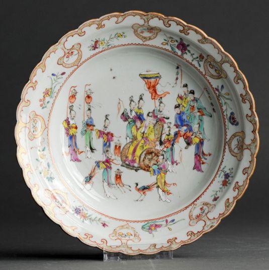 plato de porcelana china siglo XVIII oficiales en una procesión