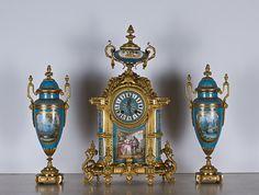reloj de Buckingham Palace de bronce y porcelana Sevres tiene dos ánforas de porcelana a juego
