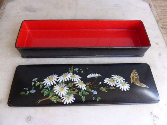 guantes-cada-de-papel-mache-laqueada-y-decoraciones-a-mano-de-flores-y-mariposas-eduardina-1900-foto-2