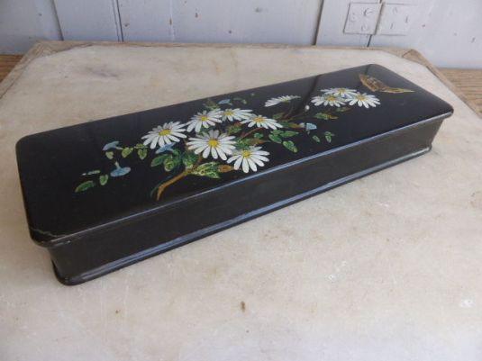 guantes-cada-de-papel-mache-laqueada-y-decoraciones-a-mano-de-flores-y-mariposas-eduardina-1900