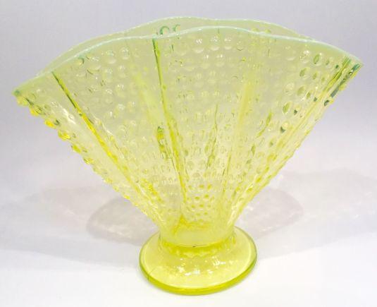 florero-abanico-de-vidrio-vaselina-soplado-color-amarillo-estados-unidos-1850