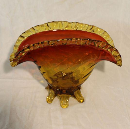 florero-abanico-estilo-victoriano-vidrio-ambar-estados-unidos-1930