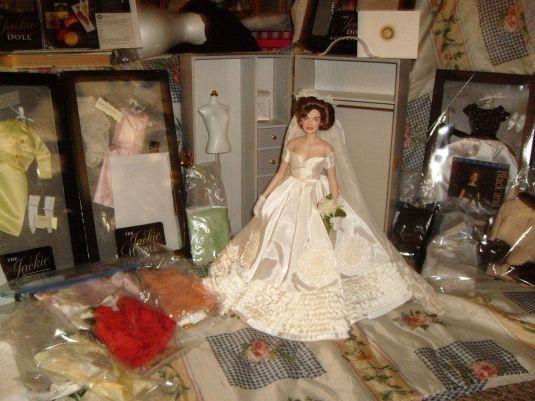 jackie-muneca-con-su-famoso-vestido-de-novia-y-demas-accesorios