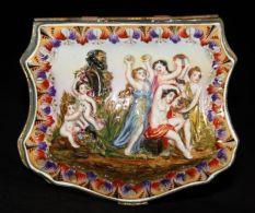 capodimonte cofre siglo XIX decorado con jóvenes doncellas y extranas criaturas mitológicas foto 2