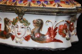 capodimonte cofre siglo XIX decorado con jóvenes doncellas y extranas criaturas mitológicas foto 3