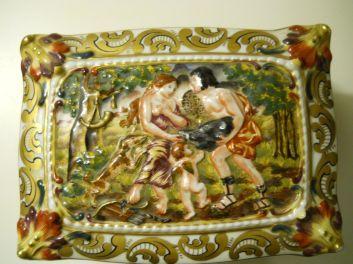 capodimonte cofre siglo XIX decorado con querubines y escenas mitológicas 2
