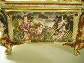 capodimonte cofre siglo XIX decorado con querubines y escenas mitológicas 4
