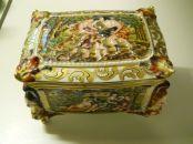 capodimonte cofre siglo XIX decorado con querubines y escenas mitológicas