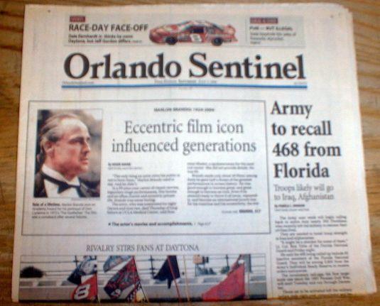 Diario de 2004 que anuncia muerte de Marlon Brando.
