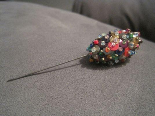 lentejuelas pin de sombrero revestido de lentejuelas y mostacillas de colores