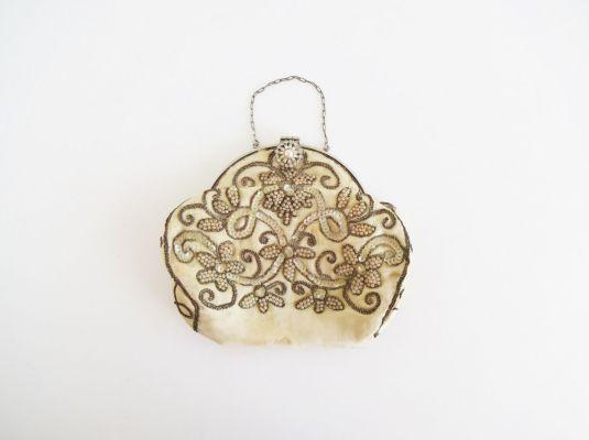 lentejuelas vanité de seda bordado de perlitas y lentejuelas blancas