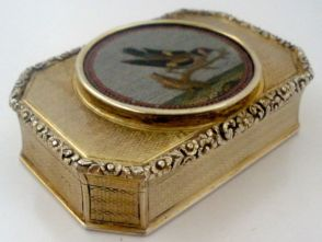Pastillero de oro con micromosaico de ave, 1800s.