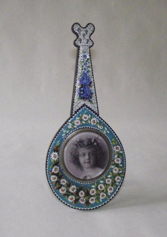micromosaico portaretrato de madera en forma de mandolina con decoración de micromosaico de flores 1800s