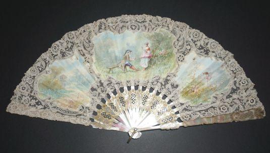 Abanico de madreperla, seda y encaje. Francia principios de 1800.