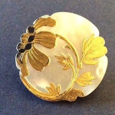 Botón Art Nouveau de madreperla y oro.