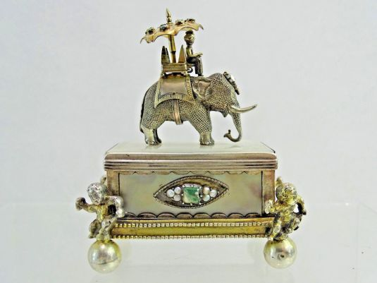 Caja para cigarrillos en plata con madreperla e incrustaciones de diamantes, turquesas, esmeraldas y perlas. Austria 1850.