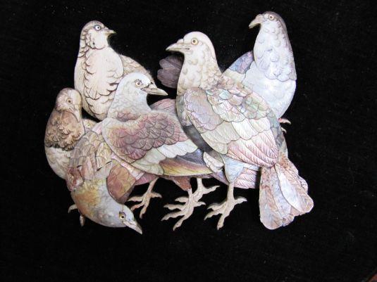 Grupo de palomas de madreperla tallada (placa para pared). China 1900.