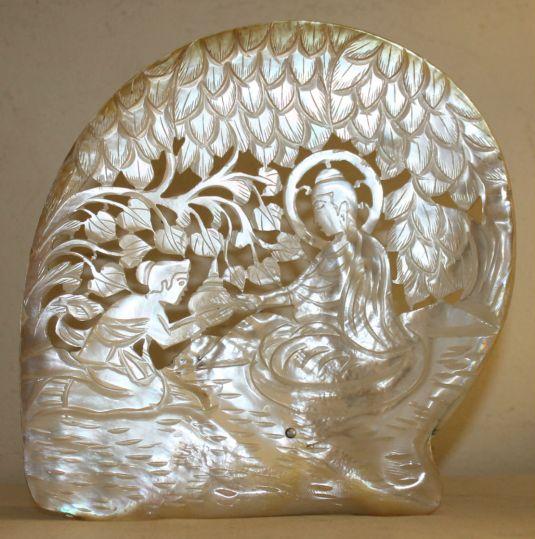 Hermosa escultura de madreperla grabada y calada. Origen China