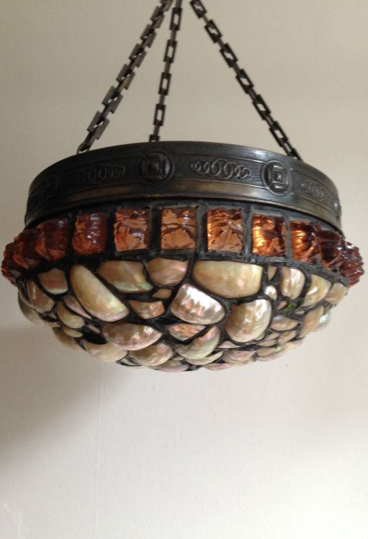 Lámpara europea Art Nouveau de bronce, vidrio color ámbar y madreperla.