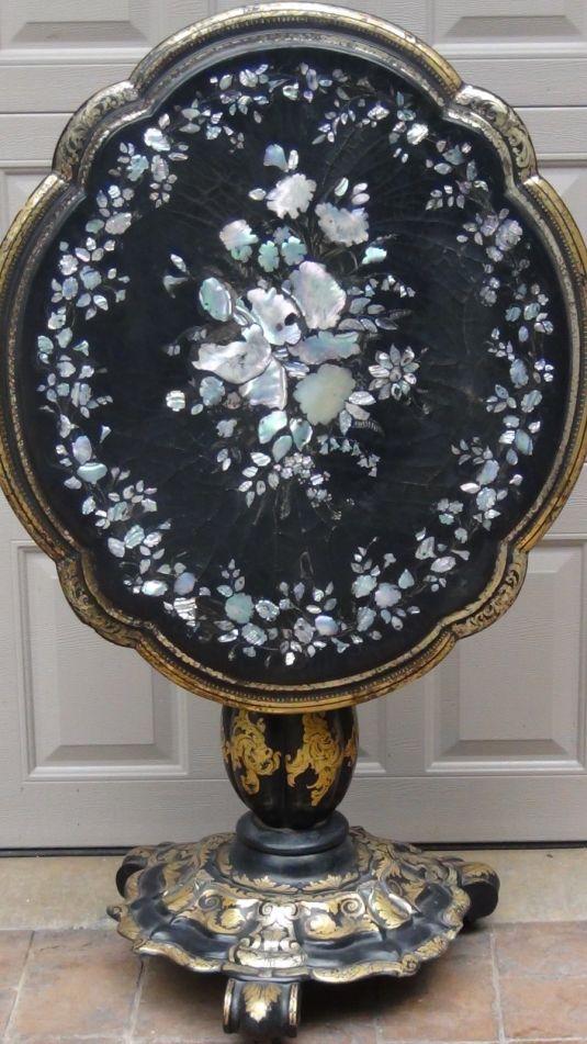 Mesa Victoriana decorada con papel maché y marquetería de flores hechas con madreperla. Inglaterra, 1890.