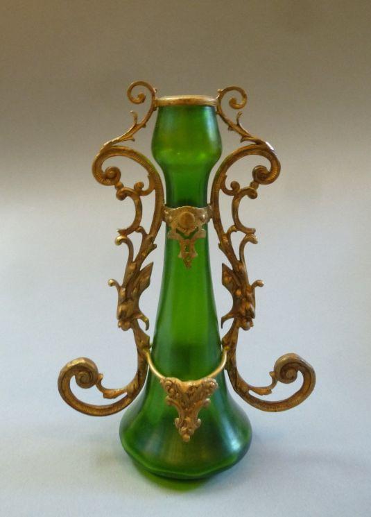 Florero Jugendstil de vidrio color jade y adornos de bronce. Alemania 1910