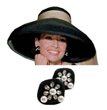 Audrey Hepburn con el sombrero y aretes que lució en la película Breakfast at Tiffany's.