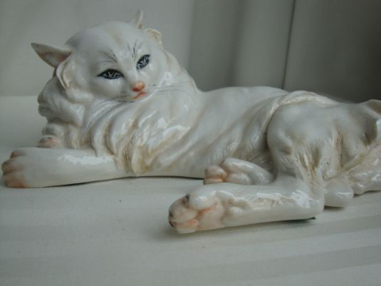 Guido Cacciapuoti gato de porcelana de 26 cm. de largo, 1930s