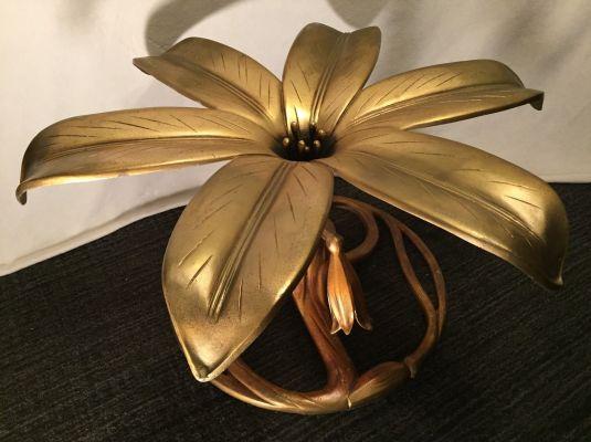 Escultura de flor en metal banado en bronce que es base de mesa de café.  Decoración Hollywood Regency.  USA 1930s