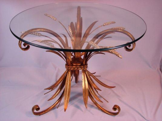 Hollywood Regency hermosa mesa de metal banada en bronce en forma de racimo de hojas y flores de lavanda y tablero de vidrio. Estados Unidos 1920s a 1950s