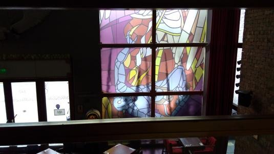 Grandes vitrales.  En ellos se aprecian los ángeles luchando con el demonio.  Purgatorio.