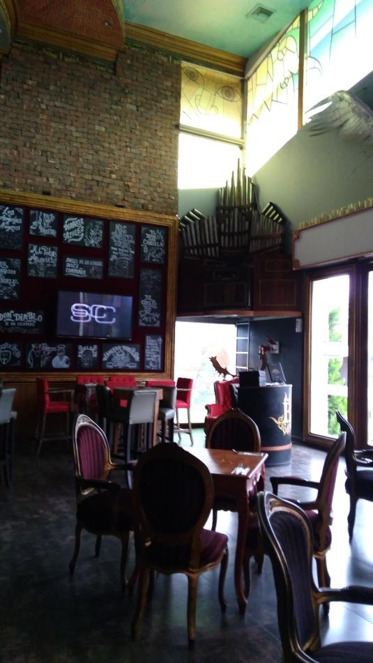 En la foto se aprecia en una esquina el órgano al estilo iglesia en el que se ubica el DJ.  Purgatorio.